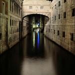 http://www.venetietips.nl/wp-content/uploads/2013/12/Ponte-dei-Sospiri-(-brug-der-zuchten)-36783.jpg